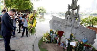 صور.. أعضاء السفارة الأمريكية فى فيتنام يشاركون فى تأبين جون ماكين