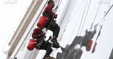رجال تنظيف واجهات الأبراج الزجاجية المخاطرة رزقهم والدنيا بيشوفوها من فوق