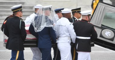 مراسم تشييع جثمان جون ماكين .. و أرملته تضع الزهور على نصب جنود حرب فيتنام