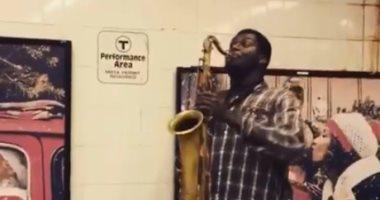 """شاب أفريقى يعزف السلام الوطنى المصرى فى مترو بوسطن بالـ""""ساكسفون"""" (فيديو)"""