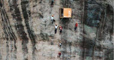 الاستراحة الأخطر بالعالم متجر على ارتفاع 330 متر لمحبى تسلق الجبال بالصين