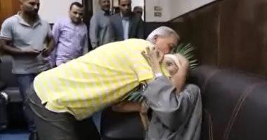 فيديو.. محافظ المنوفية يقبل رأس رجل مسن ويستجيب لشكواه