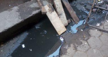 صور.. شكوى من كسر ماسورة الصرف الصحى وغرق شارع فى العتبة