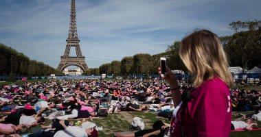 صور.. المئات يحتفلون باليوم العالمى لليوجا أمام برج إيفل
