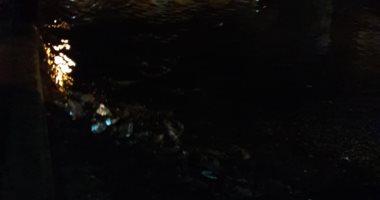 مياه الصرف الصحى تغرق كوبرى الإسعاف بطريق السماد بأسوان