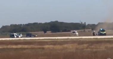 فيديو.. لحظة مطاردة الشرطة الفرنسية لرجل اقتحم مطار ليون بسيارته