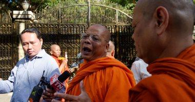 صور.. الإفراج عن زعيم المعارضة بكمبوديا سوخا وأنصاره يتجمعون أمام منزله