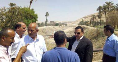 رئيس مدينتى ملوى وبنى مزار يتابعان أعمال تطهير مخرات السيول وصيانة المدارس