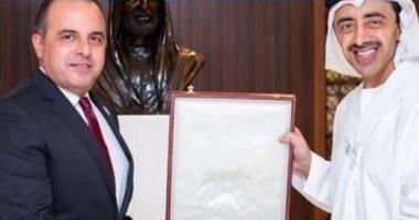 رئيس الإمارات يمنح السفير المصرى وسام الاستقلال من الطبقة الأولى