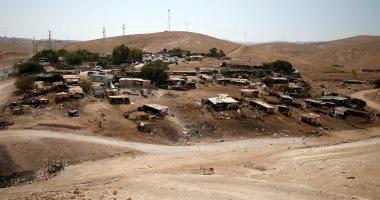 فلسطينيون يقيمون بيوتا من الصفيح قرب خان الأحمر المهدد بالهدم
