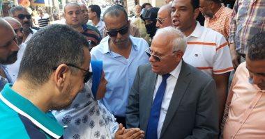 صور.. محافظ بورسعيد يستعرض مشاكل المواطنين بجولة ميدانية بسوق البازار