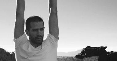 يوجا فى شهر العسل.. أحمد مجدى يمارس رياضته المفضلة فى حضن الجبل
