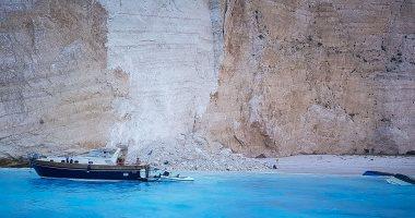 شاهد.. لحظة انهيار صخرة عملاقة على شاطئ مكتظ بالسائحين فى اليونان