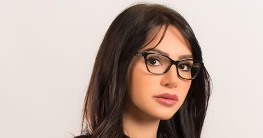 """إنجي علاء تضع اللمسات الأولى لمسلسل """"بلا دليل"""" مع المخرجة منال الصيفى"""