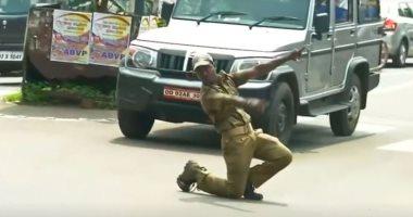 الرقص من غير سبب مش قلة أدب شرطى هندى ينظم حركة السيارات بالرقص فيديو