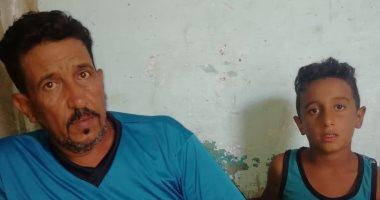 صور.. أب يعانى من ضمور بالكلية يطالب بتوفير المصروفات الدراسية لأبنائه
