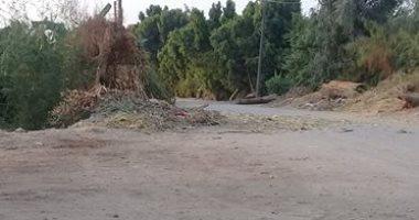 قارئ يشكو من غلق شارع بالمراغة بسبب تركم القمامة وروث المواشى
