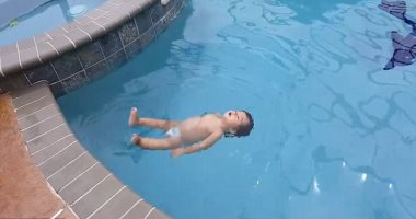 """""""كاسيا"""".. رضيعة تسبح بمهارة قبل أن تتجاوز عامها الأول... فيديو"""
