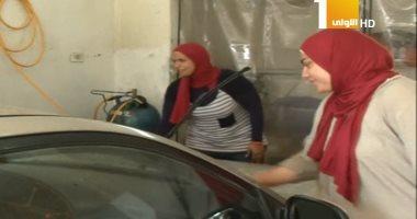 """شاهد.. فتاتان تتحديان الظروف وتؤسسان مشروعا لـ""""غسيل السيارات"""""""