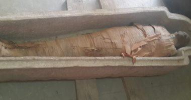 الآثار تعلن العثور على تابوت حجرى بداخله مومياء بالبر الغربى بأسوان..صور