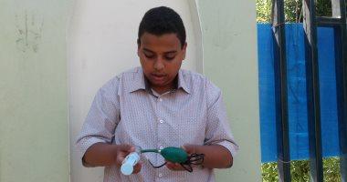 صور.. طالب بسوهاج يبتكر جهازا لقياس تلوث الهواء من مستخلص نباتى