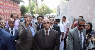 صور.. محافظ القاهرة يتابع أعمال إزالة عقار مخالف بكورنيش مصر القديمة