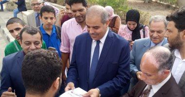 """رئيس جامعة الأزهر يوزع """"الاقلام والاجندات"""" على الطلاب الجدد"""