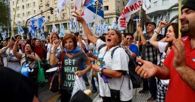 كيف أثرت الأزمة الاقتصادية فى الأرجنتين على المواطنين؟.. مواطنو بوينس آيرس يواجهون ارتفاع الأسعار والتضخم بإلغاء العطلات واللجوء للمواصلات العامة.. البعض يلغى خدمات الإنترنت وآخرون يؤجلون شراء سكن