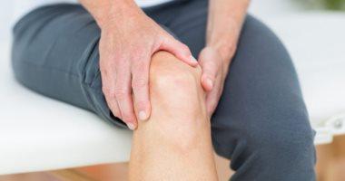 علاج ألم مفصل الركبة منه التمارين وأكياس الثلج