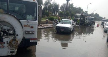 توقف حركة المرور بطريق الواحات الصحراوى بسبب كسر ماسورة مياه