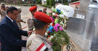 محافظ البحيرة يضع أكليل الزهور على النصب التذكارى للجندى المجهول