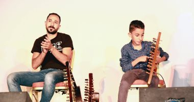 """رقص وغناء وعزف.. """"أحمد"""" أصغر عازف سمسمية من بين الحوائط إلى المسرح.. فيديو"""