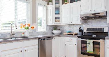 مين قال الأبيض مش للمطبخ.. 6 تصميمات عصرية للمطابخ هتخليكى تعيدى التفكير