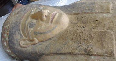 شاهد.. لحظة استلام وزارة الآثار للتابوت الأثرى بعد عودته من الكويت (صور)