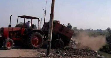 اضبط مخالفة.. جرار منظومة النظافة يلقى القمامة على مدخل قرية إبنهس بالمنوفية