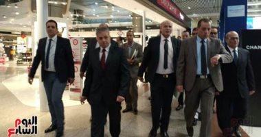 جولة لرئيس القابضة للمطارات فى مبانى الركاب 2 و3 بمطار القاهرة.. صور