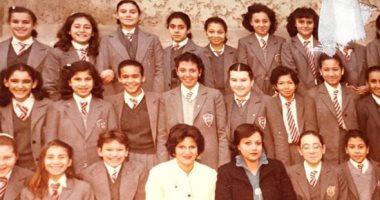 زمان وأنا صغير.. تعرف على التلميذة رانيا محمود ياسين وسط زميلاتها