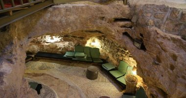صور.. أردنى يحول كهفًا أثريًا منذ 65 مليون عام إلى مطعم سياحى فريد