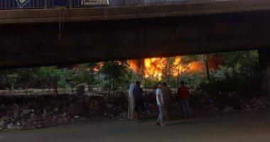 الدفع بـ10 سيارات إطفاء لمحاولة السيطرة على حريق مخزن حى الهرم