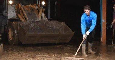صور..المصنف الأول عالميا فى التنس يشارك بتنظيف الشوارع من أثار فيضان مايوركا