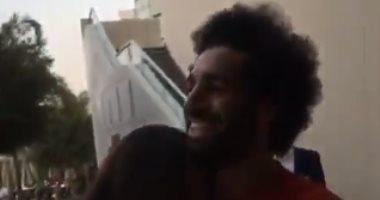 محمد صلاح مع أحد معجباته
