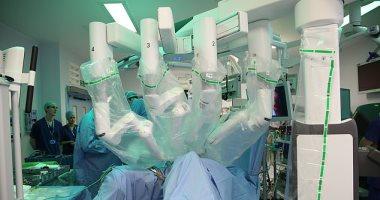 روبوت ينجح فى إجراء عملية استئصال المثانة والقولون لمريض مصاب بالسرطان