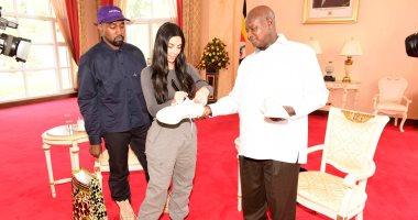 كيم كارداشيان وزوجها مع الرئيس الأوغندى