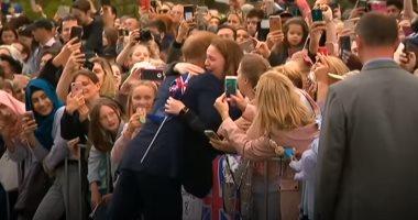 """فيديو..المعجبة الاسترالية عن عناق الأمير هاري: """"فرصة نادرة وانتهزتها"""""""
