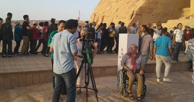 سياح يتابعون تعامد الشمس على وجه تمثال رمسيس الثانى
