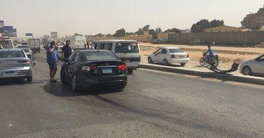إصابة شخص صدمته سيارة أثناء عبوره أعلى الطريق فى حلوان