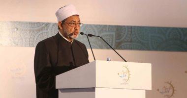 """الإمام الأكبر يدعو جامعة الأزهر لإعادة النظر فى عقوبة """"طالبة الحضن"""" بالمنصورة"""