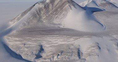 أكبر جبل جليدى عائم فى العالم يتفكك وينذر بالخطر