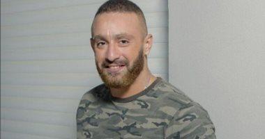 أحمد السقا يتولى دفن جثمان هيثم أحمد زكى