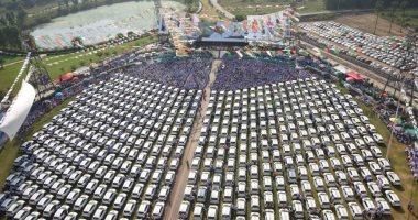 المدير الحنين رزق.. شاهد مليادير هندى يوزع 600 سيارة على موظفيه